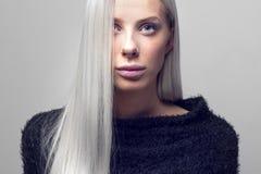 Портрет красивой белокурой женщины с волосатой курткой стоковая фотография