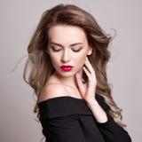 Портрет красивой белокурой женщины с курчавым стилем причёсок и ярким составом, совершенной кожей, skincare, курортом, косметолог Стоковые Фото
