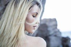 Портрет красивой блондинкы на пляже Стоковые Фотографии RF