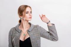 Портрет красивой блондинкы бизнес-леди в черном платье, куртке на серой предпосылке Стоковое Изображение RF