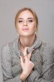 Портрет красивой блондинкы бизнес-леди в черном платье, куртке на серой предпосылке Стоковые Изображения