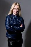 Портрет красивой блондинкы в милой кожаной куртке Стоковая Фотография RF