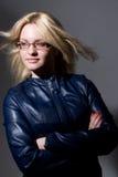 Портрет красивой блондинкы в милой кожаной куртке Стоковые Изображения RF