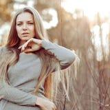Портрет красивой блондинкы outdoors в парке Стоковое фото RF
