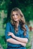 Портрет красивой блондинкы outdoors в Стоковое фото RF