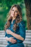 Портрет красивой блондинкы outdoors в Стоковая Фотография