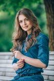 Портрет красивой блондинкы outdoors в Стоковые Фото