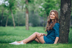 Портрет красивой блондинкы outdoors в Стоковая Фотография RF