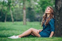 Портрет красивой блондинкы outdoors в Стоковые Изображения RF