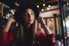 Портрет красивой городской девушки вне в клубе кафа современная молодежная культура стоковое фото rf