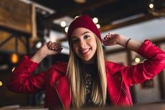 Портрет красивой городской девушки вне в клубе кафа современная молодежная культура стоковое фото