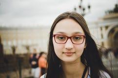 Портрет красивой девушки брюнета со стеклами Тонизированное фото, стиль instaram стоковая фотография rf