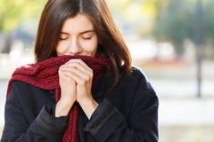 Портрет красивой девушки в парке осени в красном шарфе, закрытый ее глаза Стоковое фото RF