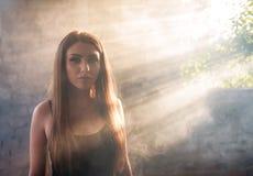 Портрет красивой девушки в солнечных лучах стоковое изображение