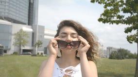 Портрет красивой девушки в солнечных очках на открытом воздухе акции видеоматериалы