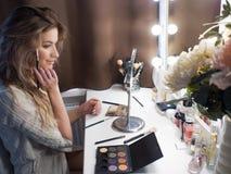 Портрет красивой девушки в спальне перед зеркалом Утро для того чтобы сделать состав Стоковые Изображения RF