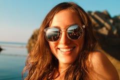 Портрет красивой девушки в стеклах с отражением на предпосылке моря и гор Стоковая Фотография RF