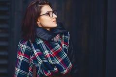 портрет красивой девушки в eyeglasses и шарфе против w Стоковое фото RF