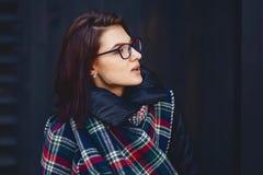 портрет красивой девушки в eyeglasses и шарфе против w Стоковые Изображения