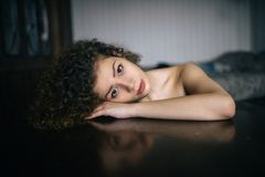 Портрет красивой девушки дома стоковое изображение rf