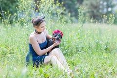 Портрет красивой девушки и собаки Стоковое Изображение