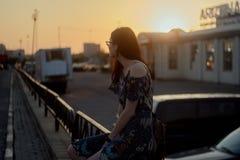 Портрет красивой девушки на заходе солнца Стоковые Изображения