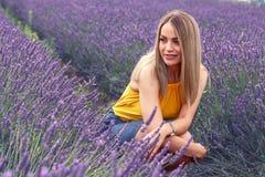 Портрет красивой девушки на поле лаванды Стоковая Фотография RF