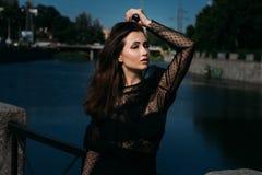 Портрет красивой девушки на улице на мосте около реки сексуальность Стоковые Фотографии RF