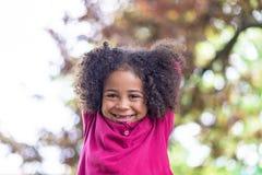 Портрет красивой девушки пре-школы с симпатичным вьющиеся волосы, Стоковые Фото