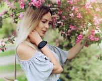 Портрет красивой девушки среди листвы и цветков весны стоковая фотография