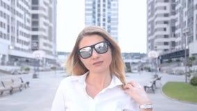 Портрет красивой девушки с белыми волосами и отцами для солнца видеоматериал