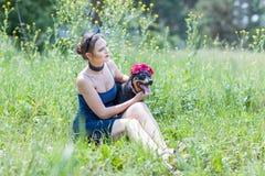 Портрет красивой девушки с собакой Стоковое Изображение