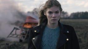 Портрет красивой девушки с piercing взглядом и взрывом автомобиля Стоковая Фотография