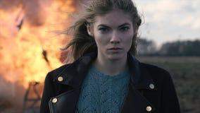 Портрет красивой девушки с piercing взглядом и взрывом автомобиля Стоковые Фото