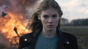 Портрет красивой девушки с piercing взглядом и взрывом автомобиля Стоковое Фото