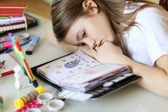 Портрет красивой девушки preteen daydreaming при ее голова лежа на руках смотря ее романтичный дневник стоковые фотографии rf