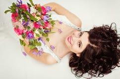 Портрет красивой девушки брюнет в белом острословии платья fishnet Стоковые Изображения RF