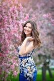 Портрет красивой девушки брюнет в зацветенном саде Стоковое фото RF