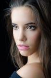 Портрет красивой девушки брюнет изолированной на черной предпосылке Стоковые Изображения