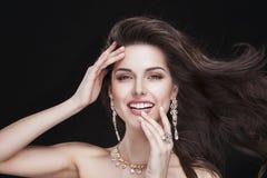 Портрет красивой девушки брюнет с роскошью Стоковое Фото