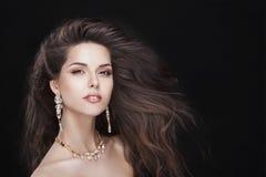 Портрет красивой девушки брюнет с роскошью стоковые изображения rf