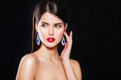 Портрет красивой девушки брюнет с роскошью стоковые фотографии rf