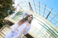 Портрет красивой девушки в белизне на предпосылке стекла b Стоковая Фотография RF