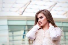 Портрет красивой девушки в белизне на предпосылке стекла b Стоковые Фото