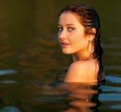 Портрет красивой девушки в воде Стоковая Фотография