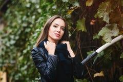 Портрет красивой девушки в городе осени Идти улицы Стоковое фото RF