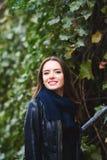 Портрет красивой девушки в городе осени Идти улицы Стоковое Изображение