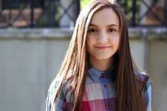 Портрет красивой девушки в городе Стоковое Изображение