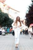 Портрет красивой девушки в городе Стоковые Фото