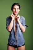 Портрет красивой девушки в голубой куртке джинсовой ткани Стоковые Фотографии RF